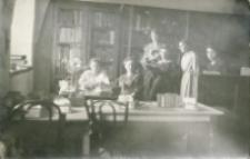 Zofia Ostrowska, Emilia Szeligowska, Łucja Hajnówna (Sałterowa), Cecylia Świderkówna (Petrykowska), Jadwiga Rosińska (Abramowiczowa), Helena Jezierska (Mamigiewiczowa), 1919 r.
