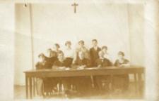 Portret grupowy wykładowców i studentów w sali im. H. Sienkiewicza