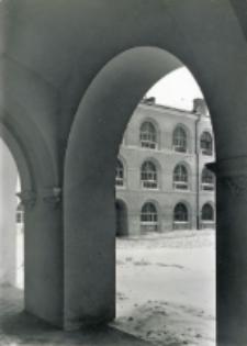 Uniwersytet lubelski. Fragment dziedzińca widziany z krużganku na parterze