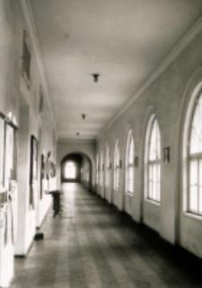 Uniwersytet Lubelski. Główny korytarz w pawilonie wschodnim z tablicami ogłoszeń