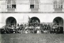 Portret grupowy na dziedzińcu UL