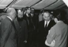 """Otwarcie uniwersyteckiego klubu """"KULUARY"""" przez rektora ks. Granata, wiosna 1970 r."""