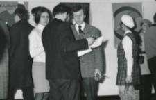 Ks. rektor Granat otwiera wystawę plakatu Mądzika, 1970 r.