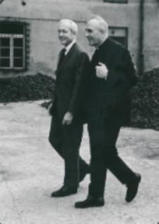 Ambasador USA z wizytą na KUL-u, 19.V. 1971 : Ambasador W. Staessel z ks. prof. M. Rechowiczem