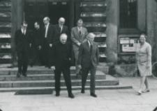 Ambasador USA z wizytą na KUL-u, 19.V. 1971 : przy wyjściu z kościoła