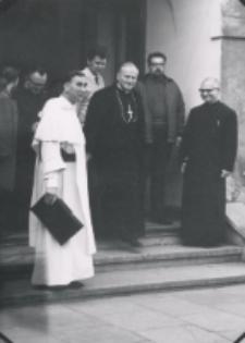 Kongres Polskich Teologów 21-23 wrzesień 1971 : ks. kardynał K. Wojtyła w otoczeniu o. rektora i pracowników filozofii