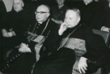 Z pobytu J. E. ks. Stefana kardynała Wyszyńskiego - Prymasa Polski na KUL-u - 15.V.1964 r. : ks. prymas i ks. bp Kowalski w czasie przemówienia przedstawiciela młodzieży