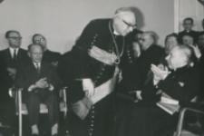Z pobytu J. E. ks. Stefana kardynała Wyszyńskiego - Prymasa Polski na KUL-u - 15.V.1964 r. : powitanie ks. bpa Kowalskiego przez ks. rektora