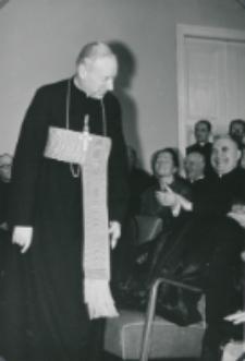 Z pobytu J. E. ks. Stefana kardynała Wyszyńskiego - Prymasa Polski na KUL-u - 15.V.1964 r. : ks. prymas dziękuje za owację zgotowaną mu przez zebranych po dwuletniej nieobecności na KUL-u