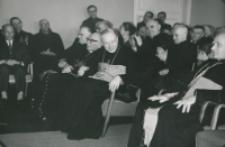 Z pobytu J. E. ks. Stefana kardynała Wyszyńskiego - Prymasa Polski na KUL-u - 15.V.1964 r. : powitanie ks. rymasa przez ks. rektora i młodzież