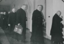 Z pobytu J. E. ks. Stefana kardynała Wyszyńskiego - Prymasa Polski na KUL-u - 15.V.1964 r. : pracownicy naukowi udają się do auli Uniwersytetu