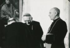 Z pobytu J. E. ks. Stefana kardynała Wyszyńskiego - Prymasa Polski na KUL-u - 15.V.1964 r. : powitanie z księżmi biskupami