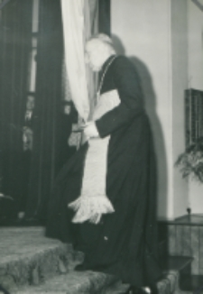 Z pobytu J. E. ks. Stefana kardynała Wyszyńskiego - Prymasa Polski na KUL-u - 15.V.1964 r. : ks. prymas udaje się na mównicę