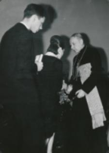 Z pobytu J. E. ks. Stefana kardynała Wyszyńskiego - Prymasa Polski na KUL-u - 15.V.1964 r. : studenci wręczają ks. prymasowi goździki