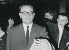 Z pobytu J. E. ks. Stefana kardynała Wyszyńskiego - Prymasa Polski na KUL-u - 15.V.1964 r. : wejście do auli (prof. Kłoczowski)