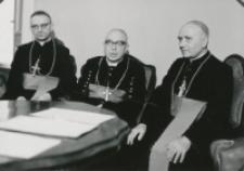 Z pobytu J. E. ks. Stefana kardynała Wyszyńskiego - Prymasa Polski na KUL-u - 15.V.1964 r. : ks. ks. biskupi członkowie Komisji Episkopatu do spraw KUL-u