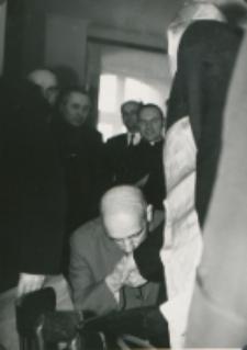 Z pobytu J. E. ks. Stefana kardynała Wyszyńskiego - Prymasa Polski na KUL-u - 15.V.1964 r. : powitanie ks. prymasa przez pracowników naukowych KUL