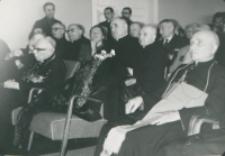 Z pobytu J. E. ks. Stefana kardynała Wyszyńskiego - Prymasa Polski na KUL-u - 15.V.1964 r. : słuchając przemówienia ks. prymasa