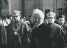Inauguracja roku akademickiego 1971/72, 24.X : w drodze do auli