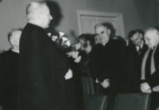 Z pobytu J. E. ks. Stefana kardynała Wyszyńskiego - Prymasa Polski na KUL-u - 15.V.1964 r. : pożegnalna owacja na cześć ks. prymasa i episkopatu