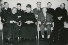 Z pobytu J. E. ks. Stefana kardynała Wyszyńskiego - Prymasa Polski na KUL-u - 15.V.1964 r. : profesorowie w czasie przemówienia ks. prymasa
