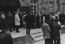 Inauguracja roku akad. 1970/71 : w drodze z kościoła do auli.