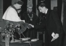 Immatrykulacja studentów I roku, październik 1970 : wręczenie indeksów.