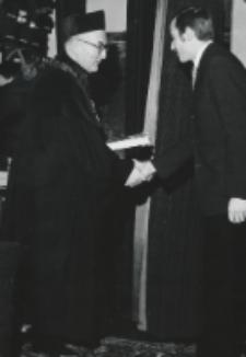 Immatrykulacja studentów I roku, październik 1970 : wręczanie nagród za najlepsze prace magisterskie.