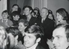 Immatrykulacja studentów I roku, październik 1970 : cieszymy się z przyznania nagród za dobre wyniki w nauce.