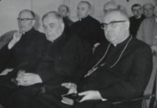 Sympozjum Prawa Naturalnego, 10.IV.1969 r. : uczestnicy Sympozjum : (od lewej) ks. S. Mazierski, ks. rektor W. Granat i ks. arcybp B. Kominek.