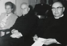 Sympozjum Prawa Naturalnego, 10.IV.1969 r. : uczestnicy : M. Strzeszewska, ks. prałat A. Marchewka, ks. arcybp B. Kominek.
