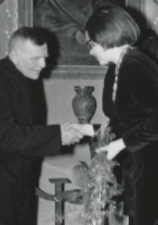 35 lat pracy ks. prof. J. Pastuszki na KUL : młodzież składa jubilatowi życzenia.
