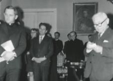 35 lat pracy ks. prof. J. Pastuszki na KUL : red. K. Turowski (pierwszy z prawej) uroczystość uwieczni w Zeszytach Naukowych KUL.