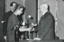 Prof. W. Tatarkiewicz na KUL-u (maj 1970 r.) : kwiaty dla pana profesora.