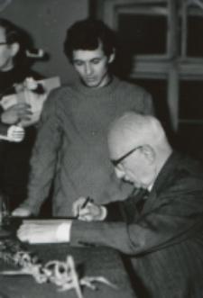 Prof. W. Tatarkiewicz na KUL-u (maj 1970 r.) : i oczywiście ... autografy.