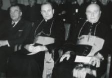 Uroczystość na KUL-u 50-lecia kapłaństwa ks. bpa Piotra Kałwy, 1969 r. : od lewej : prorektor Z. Papierkowski, ks. bp B. Pylak i ks. bp Jubilat.