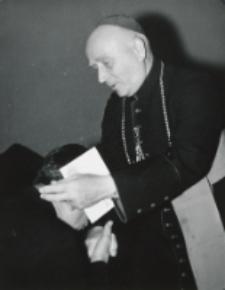 Uroczystość na KUL-u 50-lecia kapłaństwa ks. bpa Piotra Kałwy, 1969 r. : Jubilat przyjmuje życzenia.