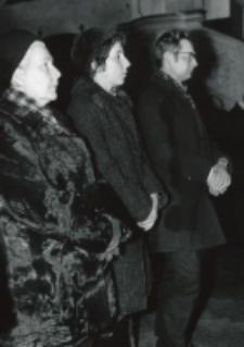 W 30 rocznicę śmierci prof. Cz. Martyniaka, 6.III.1970 r. : podczas Mszy św. w kościele akad. : A. Martyniak - wdowa po zamordowanym przez Niemców prof. Cz. Martyniaku, córka B. Charzyńska z mężem.