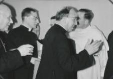 Wizyta msgr. A. Casaroli na KUL-u (2.III.1967) : powitanie znajomych.