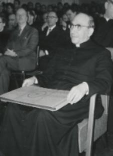 Wizyta msgr. A. Casaroli na KUL-u (2.III.1967) : wręczono album pamiątkowy.