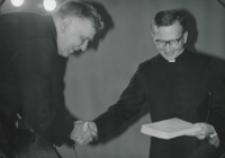Wizyta msgr. A. Casaroli na KUL-u (2.III.1967) : wręczono album pamiątkowy, dla tłumacza również upominek.