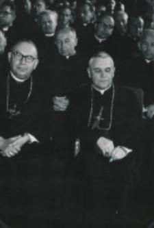Wykłady dla duchowieństwa w latach 1965-1969 :Od lewej w 1 rzędzie ks. bp. Kominek i ks. bp Modzelewski.