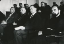 Sympozjum Polskich Kanonistów na KUL-u : Podczas referatu, 1 rząd od lewej: prof. Zdz. Papierkowski, ks. bp. P. Kałwa, prof. St. Papierkowski