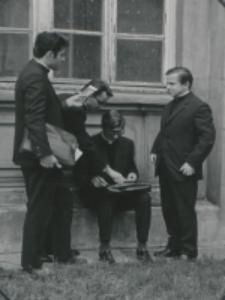 Wykłady dla duchowieństwa 1970 r. : w czasie przerwy można nawiązać bliższe znajomości koleżeńskie