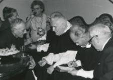 O. A. Fernandez przełożony generalny oo. dominikanów na KULu (wrzesień - 1970) : od lewej: prof. I. Sławińska, ks. prof. M. Rechowicz, doc. L. Małunowicz, o. socjusz, o. Fernandez, o. L. Koperski, red. K. Turowski.