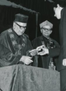 Immatrykulacja studentów I roku - jesień 1969 : ks. rektor W. Granat wręcza indeksy.