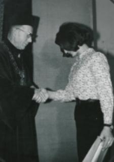 Immatrykulacja studentów I roku - jesień 1969 : prof. Cz. Strzeszewski - dziekan Wydziału Filozofii chrześcijańskiej wręcza nagrody za najlepsze prace dyplomowe.