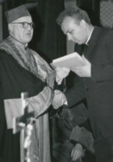 Immatrykulacja studentów I roku - jesień 1969 : na Wydziale Teologii nagrody wręcza ks. prof. W. Poplatek - dziekan tegoż Wydziału.