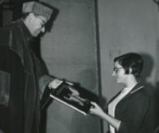 Immatrykulacja studentów I roku - jesień 1969 : wręczenie nagród na Wydziale Nauk Humanistycznych ; wręcza prof. J. Kłoczowski - dziekan.