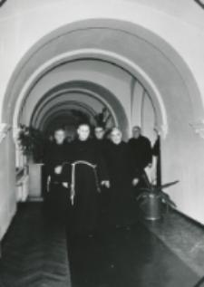 O. K. Koser, przełożony generalny oo. franciszkanów na KUL-u 2. V 1969 r. o. Koser w towarzystwie ks. rektora